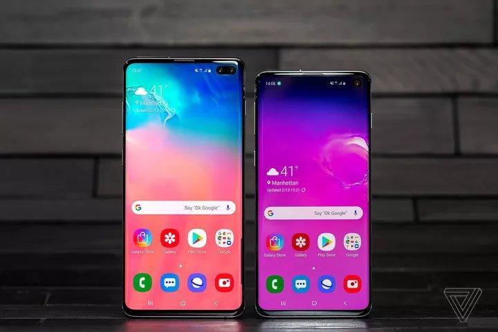 Galaxy S10 Plus (left), Galaxy S10 (right).